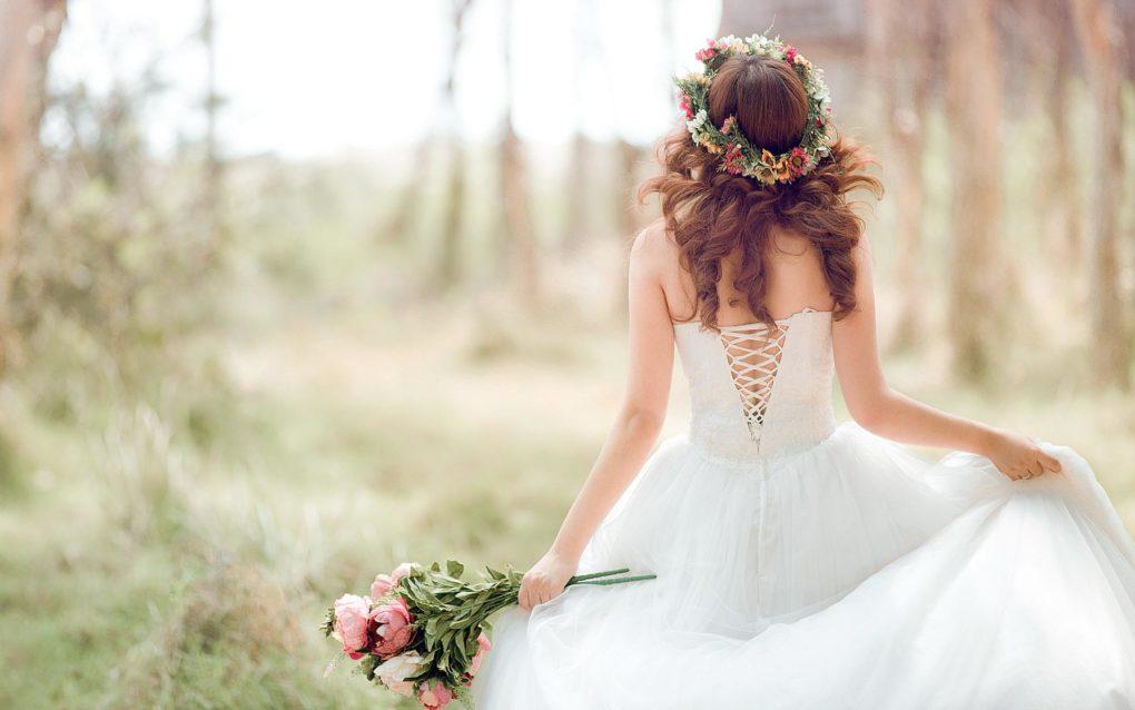 panna młoda z kwiatami w plenerze