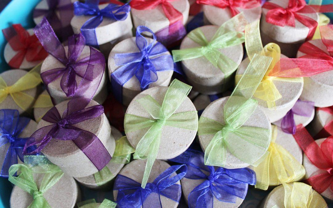 Niepowtarzalne prezenty dla gości weselnych – wyszukane pomysły na skromne upominki