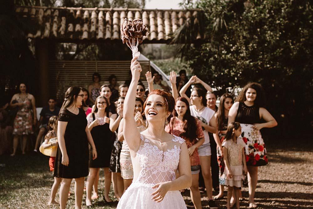 rzut welonem w stronę gości weselnych