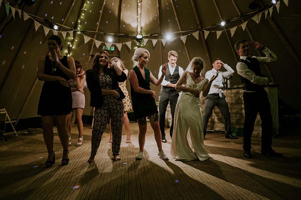 taniec pary młodej w formie podziękowań dla gości